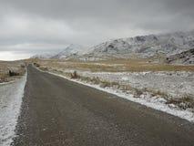 Eerste sneeuw op de weg Stock Afbeelding