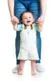 Eerste stappen van babyjongen met moedersteun royalty-vrije stock fotografie