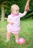 Eerste stappen van een babymeisje Royalty-vrije Stock Afbeeldingen