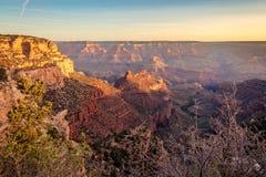 Eerste stralen van zonsopgang in de ochtend in Grand Canyon royalty-vrije stock afbeelding