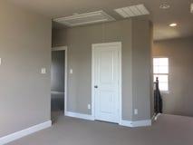 Eerste verdiepingruimten in nieuw huis stock afbeeldingen