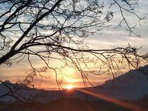 Eerste zonnestraal achter de bergen royalty-vrije stock fotografie