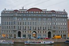 Eerstgenoemde het voordelige huis in stijl van neoclassicism op Moika-Rivier in Heilige Petersburg, Rusland stock foto's
