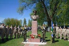 Eerwacht van marechausseeën en kadetten bij het monument aan Basil Margelov - bevelhebber van luchtlandingstroepen Viering van Vi stock foto's