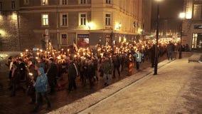 Eesti tallinn 24/02/2017 processione della torcia, 1300 partecipanti video d archivio