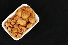 Eet abrikozenpitten in platen, op zwarte grond, Zoete abrikozenzaden Stock Afbeeldingen
