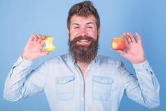 Eet appel elke dag Goede idee van de fruit het gezonde snack altijd Lange baard van mensen houdt de knappe hipster rijpe appel en royalty-vrije stock fotografie