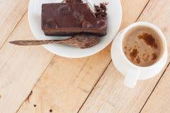 Eet Chocoladecake met Koffie in een Ontspannende Tijd Royalty-vrije Stock Foto