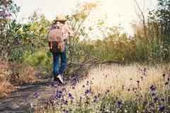 Eet de fille marchant en belle fleur classée Photographie stock