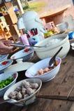 Eet de vastgestelde Thaise stijl van het ontbijtvoedsel voor reizigersmensen en drinkt Royalty-vrije Stock Foto's
