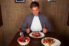 Eet een rundvleeslapje vlees Royalty-vrije Stock Afbeeldingen