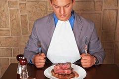 Eet een rundvleeslapje vlees Stock Foto's
