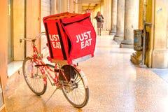 EET ENKEL rode container op een fiets stock fotografie