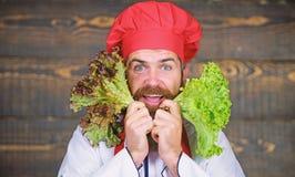 Eet gezond Gezond ruw voedsel Het op dieet zijn concept De hoed van de mensenslijtage en de salade van de schortgreep Gezonde voe royalty-vrije stock afbeelding