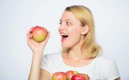 Eet gezond voedsel Gevoelige tanden Vitaminedieet nave Het de landbouw groene leven Gezond voedsel Gelukkige Vrouw die Apple eet stock foto's