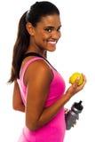 Eet gezonde, verblijfspasvorm. Glimlachend Afrikaans meisje. Royalty-vrije Stock Fotografie