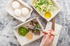 Eet juist concept, gezond voedsel, haalt de geschiktheidsvoeding in document vakjes weg, lag de hoogste mening, vlakte Stock Foto's