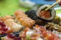 Eet sushi met eetstokjes royalty-vrije stock foto