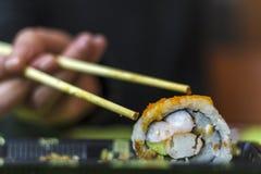 Eet sushibroodje met Eetstokjes royalty-vrije stock afbeeldingen
