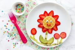 Eetbaar fruitbloem - creatieve de zomerontbijt of snack voor jong geitje Stock Afbeeldingen