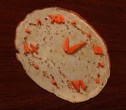 Eetbaar horloge van wortel en pannekoek Royalty-vrije Stock Fotografie