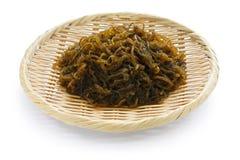 Eetbaar zeewier, mozuku op een bamboemand, japanes royalty-vrije stock afbeeldingen