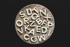 Eetbare brieven van deeg op houten scherpe raad, het concept van bakselkoekjes Royalty-vrije Stock Foto