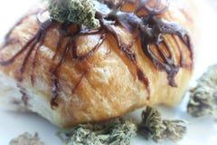 Eetbare Hoogte van het marihuana de Chocolade Behandelde Croissant - kwaliteit Stock Afbeeldingen