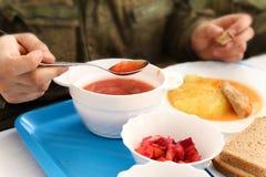 Eetkamer in armiyu Wat om militair te eten Echte foto van het leger, over het leven van militairen Militair voedsel Lunch een mil Royalty-vrije Stock Afbeeldingen