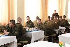 Eetkamer in armiyu Wat om militair te eten Echte foto van het leger, over het leven van militairen Militair voedsel Lunch een mil Stock Afbeeldingen