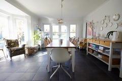 Eetkamer in Eigentijds Familiehuis Stock Foto