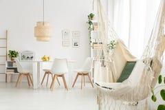 Eetkamer met hangmat stock fotografie