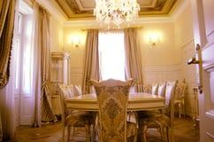 Eetkamer met luxemeubilair en décor stock foto