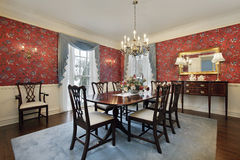 Eetkamer met rood bloemenbehang Royalty-vrije Stock Foto