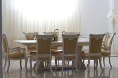 Eetkamer met wit houten meubilair. Stock Afbeeldingen