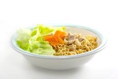 Eetstokjes die Aziatische noedels houden Royalty-vrije Stock Foto