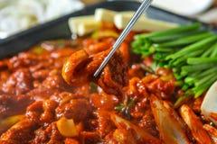 Eetstokjes die het vlees van de kruideneend opnemen stock afbeelding