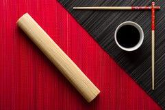 Eetstokjes en kom met sojasaus Stock Fotografie