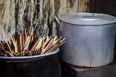 Eetstokjes en steelpan in de keuken royalty-vrije stock afbeelding