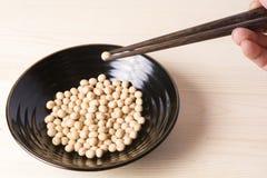 Eetstokjes geknepen sojabonen stock afbeeldingen