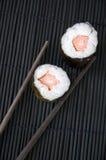 Eetstokjes met twee sushi royalty-vrije stock afbeelding