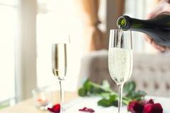 Eettafel in de glazen van het restaurantclose-up van champagne gietende alcohol stock foto