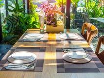 Eettafel die in restaurant met romantische zonneschijn wordt geplaatst stock foto's