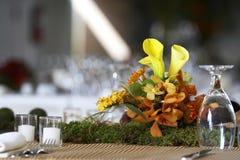 Eettafel die voor een huwelijk of een collectieve gebeurtenis wordt geplaatst Royalty-vrije Stock Foto's