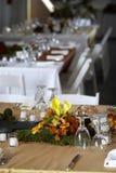Eettafel die voor een huwelijk of een collectieve gebeurtenis wordt geplaatst Royalty-vrije Stock Afbeelding
