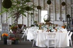 Eettafel die voor een huwelijk of een collectieve gebeurtenis wordt geplaatst Stock Afbeeldingen