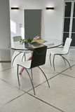 Eettafel en stoel in de moderne woonkamer Royalty-vrije Stock Afbeeldingen