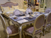 Eettafel en stoelen in woonkamer Royalty-vrije Stock Foto's
