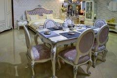 Eettafel en stoelen in woonkamer Royalty-vrije Stock Afbeelding