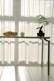 Eettafel in lichte, zonnige ruimte Royalty-vrije Stock Afbeeldingen